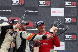 Podio Gara 2: prima posizone Stefano Comini, SEAT Leon, Target Competition, secondo Michel Nykjaer,