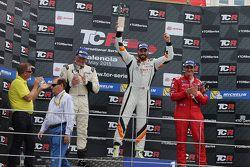 Podium de la course 2 : le vainqueur Stefano Comini, SEAT Leon, Target Competition, le deuxième Michel Nykjaer, SEAT Leon Target Competition et le troisième Andrea Belicchi (ITA) SEAT Leon, Target Competition