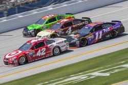 Kyle Larson, Ganassi Racing Chevrolet, Kevin Harvick, Stewart-Haas Racing Chevrolet, Denny Hamlin, Joe Gibbs Racing Toyota et Danica Patrick, Stewart-Haas Racing Chevrolet