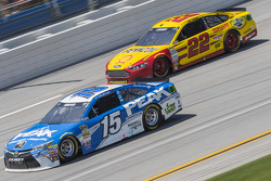 Clint Bowyer, Michael Waltrip Racing Toyota et Joey Logano, Team Penske Ford