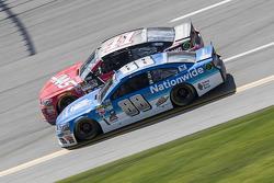 Kurt Busch, Stewart-Haas Racing Chevrolet et Dale Earnhardt Jr., Hendrick Motorsports Chevrolet