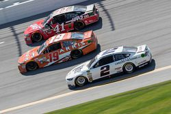 Kurt Busch, Stewart-Haas Racing Chevrolet, Carl Edwards, Joe Gibbs Racing Toyota et Brad Keselowski, Team Penske Ford