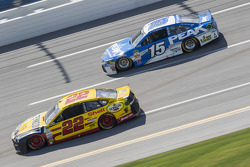 Joey Logano, Team Penske Ford et Clint Bowyer, Michael Waltrip Racing Toyota