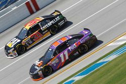 Ryan Newman, Richard Childress Racing Chevrolet y Denny Hamlin, Joe Gibbs Racing Toyota