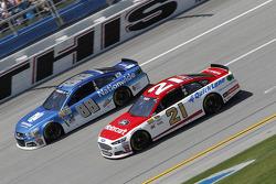 Dale Earnhardt Jr., Hendrick Motorsports Chevrolet y Ryan Blaney, Woods Brothers Racing Ford
