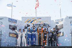 Ganadores de la carrera GTLM, # 24 BMW Team RLL BMW Z4 GTE: John Edwards, Lucas Luhr, P, # 90 VisitF