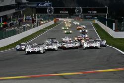 Старт: впереди Porsche 919 Hybrid: Тимо Бернхард, Марк Уэббер, Брендон Хартли