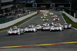 起步: #17 保时捷车队 保时捷 919 Hybrid Hybrid: Timo Bernhard, 马克·韦伯, Brendon Hartley leads