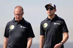 Mark Slade, ingeniero del Lotus F1 Team, y Pastor Maldonado, Lotus F1 Team