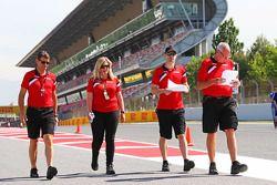 (Von links nach rechts): Graeme Lowdon, Geschäftsführer Manor F1 Team, Laura Booth, Fahrercoach Marc Hynes und Teamchef John Booth beim Trackwalk