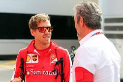 (De izquierda a derecha): Sebastian Vettel, Ferrari con Maurizio Arrivabene, director del equipo Fer