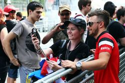 Уилл Стивенс, Manor F1 Team с фанатами