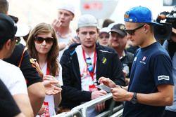 Marcus Ericsson, Sauber F1 Team firma autógrafos para los aficionados