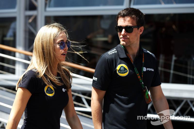 (从左到右)卡门·乔达,路特斯F1车队发展车手和乔勇·帕尔默,路特斯F1车队试车手