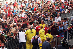 Sebastian Vettel, Ferrari firmar autógrafos para los aficionados