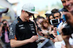 Nico Hülkenberg, Sahara Force India F1, schreibt Autogramme für die Fans