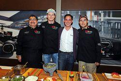 Повар Рубен Болдо Виллегас, Нико Хюлькенберг, Серхио Перес и директор по маркетингу Гран При Мексики
