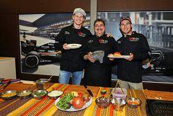 (De izquierda a derecha): Nico Hulkenberg Sahara Force India F1, Chef Rubén Boldo Villegas y Sergio Pérez Sahara Force India F1 cocinan comida mexicana en el motorhome del equipo.
