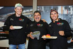 (De izquierda a derecha): Nico Hulkenberg Sahara Force India F1, Chef Rubén Boldo Villegas y Sergio