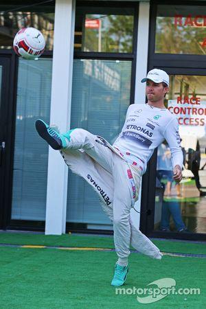 Nico Rosberg, de Mercedes AMG F1 calienta con un fútbol