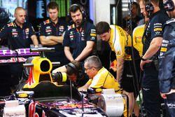 Der Red Bull Racing RB11 von Daniel Ricciardo, Red Bull Racing, in der Box