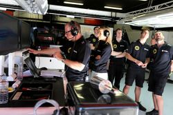 Mark Slade, Lotus F1 Team, e Carmen Jorda, Lotus F1 Team