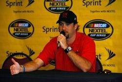 Elliott Sadler s'addresse aux médias lors de l'appel de NASCAR