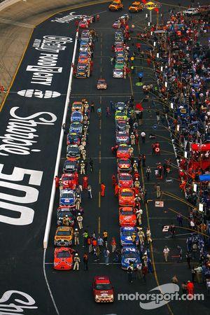 Une vue sur les voitures de course alignées sur le stet avant le départ