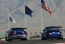 La Pontiac GTO.R TRG n°64 : Paul Edwards, Kelly Collins,et la Porsche GT3 Cup n°66 : Jim Pace, Jim L