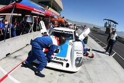 Arrêt aux stand pour Brumos Racing Porsche Riley n°59 : Hurley Haywood, JC France, Roberto Moreno