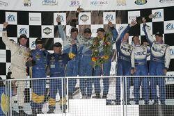 Podium GT : Les vainqueurs de classe Marc Bunting, Andy Lally et Spencer Pumpelly, avec Wolf Henzler