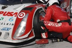Changement de pneus pour la Lexus Riley n°01 CompUSA Chip Ganassi with Felix Sabates : Scott Pruett,