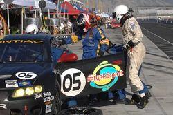Changement de pilote : Peter MacLeod grimpe dans la BMW Pontiac GTO.R n°05 Sigalsport : Gene Sigal,