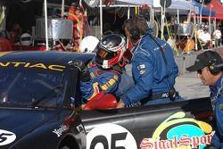 Changement de pilote : Peter MacLeod grimpe dans la BMW Pontiac GTO.R n°05 Sigalsport : Gene Sigal, Peter MacLeod, Tommy Kendall
