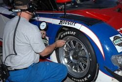 Vérification de pression des pneus pour la BMW Riley n°3 Southard Motorsports: Shane Lewis, Craig St