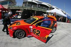 Arrêt aux stands pour la Mazda RX-8 n°62 Roar Racing : Karl Thomson, Billy Johnson