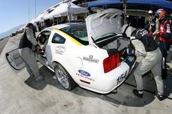 Arrêt aux stands pour la Mustang GT n°154 Jim Click Racing : Jim Click, Mike McGovern