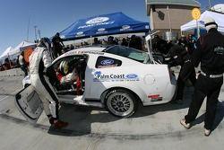 Arrêt aux stands pour la Mustang GT n°6 Blackforest Motorsports : Ian James, David Empringham