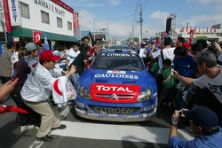 Sébastien Loeb et Daniel Elena assaillis par les fans sur le chemin du parc de service