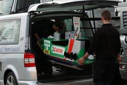 Les mécaniciens chargent le bateau de Christian Abt dans un minivan