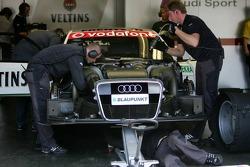 Mécaniciens au travail sur la voiture de Heinz-Harald Frentzen