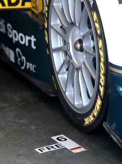 Position stop sur le pneu avant-droit de Heinz-Harald Frentzen