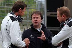 Gerhard Ungar parle à deux de ses ingénieurs
