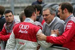 Les mécaniciens et l'ingénieur course félicitent Pierre Kaffer
