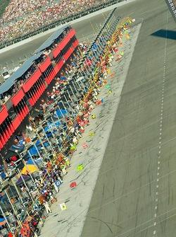 Les équipes attendent les voitures sous drapeaux jaunes