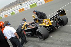 Les membres du Cheever Racing retirent la barre de remorquage de la voiture de Nick Bussell