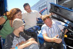 Rob Finlay et Michael Valiante montre le travail sur leur voiture à Selma et David Granado de l'émission Make-A-Wish