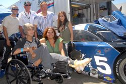 Rob Finlay et Michael Valiante avec la famille Granado de l'émission Make-A-Wish