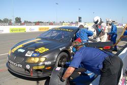 Arrêt aux stands pour la Pontiac GTO.R Pacific Coast Motorsports #98 : Burt Frisselle, Tommy Kendall