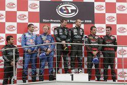 Podium GT1 : Les vainqueurs de classe et au général Jamie Davies et Thomas Biagi, avec Karl Wendlinger et Philipp Peter (2e), et Jean-Denis Deletraz et Andrea Piccini (3e)